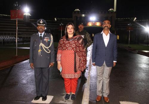 مراسم تحویل خلبان هندی در شهر لاهور پاکستان