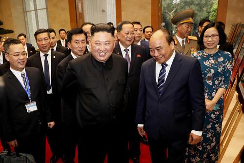 دیدار رهبر کره شمالی و نخست وزیر ویتنام – فرد سمت راست تصویر- در مقر نخست وزیری ویتنام در شهر
