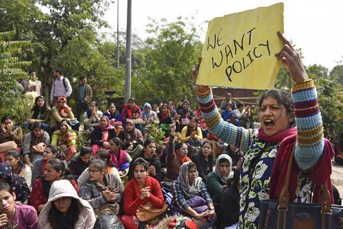 تظاهرات و اعتصاب 25 هزار معلم قراردادی هندی در مقابل وزارت آموزش هندوستان در شهر دهلینو/ هندوستان تایمز