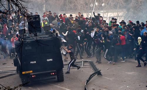 تظاهرات و درگیری بین مخالفان رییس جمهوری الجزایر و پلیس در شهر