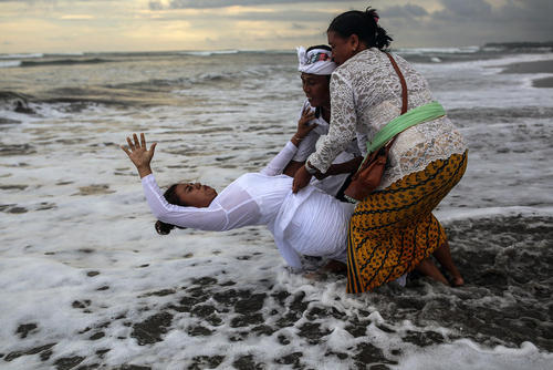 آیین پاک کردن روح با آبتنی در آب در جشنواره