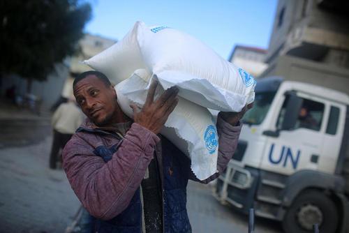 خالی کردن محموله کمکهای غذایی سازمان ملل به مردم غزه