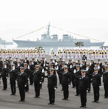 جشن فارغالتحصیلی افسران تازه نیروی دریایی کره جنوبی در پایگاه دریایی
