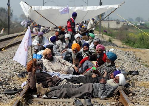 کشاورزان هندی در اعتراض به سیاستهای اقتصادی دولت هند در روستایی در ایالت