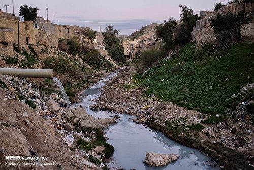 فاظلاب یکی از محلات مسجد سلیمان درون رودخانه ای که از میان شهر می گذرد تخلیه می شود. دفع آب های سطحی و نداشتن سیستم استاندارد فاضلاب یکی از مشکلات مهم شهر مسجد سلیمان است.