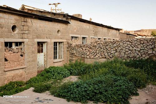 نمایی از حیاط خانه های تخریب شده کارکنان شرکت نفت در روستای نفت سفید که با لئینی مشهور بودند، دیده می شود. برخی از این خانه ها توسط اهالی این روستا به عنوان آغل دام هایشان مورد استفاده قرار می گیرد.