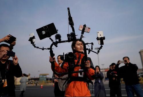 گزارشگر چینی با حداکثر ظرفیت در حال پوشش دادن به گردهمایی سراسری کنگره ملی خلق چین (پارلمان) در پکن/ EPA