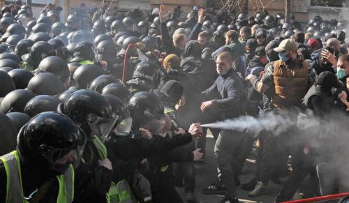 درگیری پلیس اوکراین با معترضان راست افراطی در جریان یک تظاهرات ضد فساد در شهر کییف