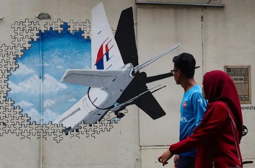 نقاشی دیواری سهبعدی از هواپیمای مفقود شده خطوط هوایی مالزی در پنجمین سالگرد آن/ کوالالامپور/ EPA