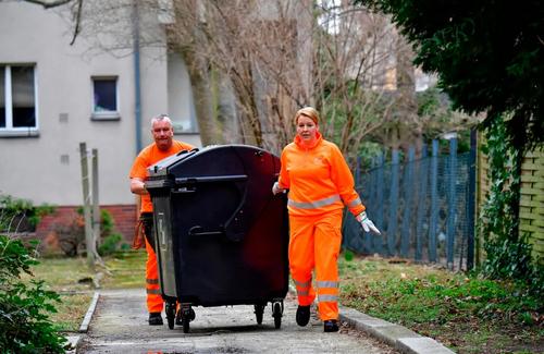 وزیر خانواده آلمان در حال کمک به رفتگران برای جمع کردن زبالههای شهر برلین/ خبرگزاری فرانسه