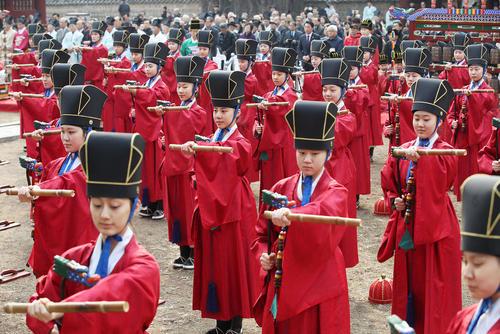 اجرای برنامه موسیقی سنتی کرهای از سوی گروهی از دانشآموزان در معبدی در شهر سئول کره جنوبی/ یونهاپ
