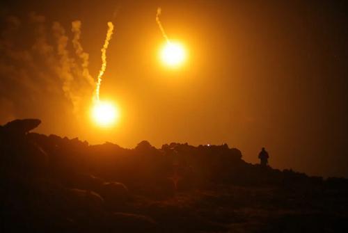 شلیک موشک به مواضع داعش در شهر باغوز سوریه/ رویترز