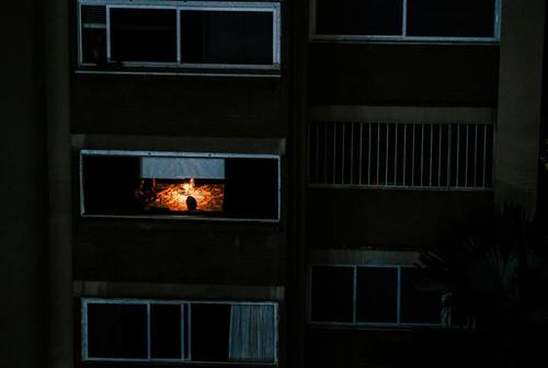 روشن کردن شمع برای روشن نگه داشتن خانهها در پایتخت ونزوئلا. در پی بحران قطعی گسترده برق در ونزوئلا آب و برق بسیاری از خانهها در شهرهای مختلف این کشور قطع است. دولت ونزوئلا آمریکا را مسئول انجام حملات سایبری به منظور ایجاد  اختلال در سیستم توزیع برق ونزوئلا کرده است./ رویترز