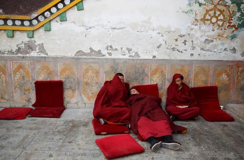 راهبان بودایی در حال استراحت در معبدی در تبت/ رویترز