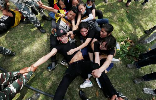 تظاهرات گروهی از دانشجویان تبتی در مقابل سفارت چین در شهر دهلینو در شصتمین سالگرد سرکوب قیام ملی تبتیها علیه حاکمیت دولت چین/ رویترز