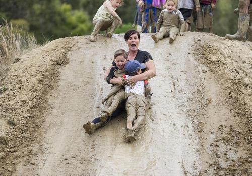 بازی مادر وفرزندان در پارکی در نیوزیلند