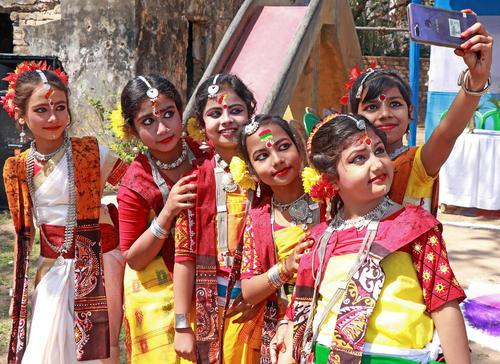 جشنواره بهار در مدرسهای در بنگال غربی هند/ پاسیفیک پرس