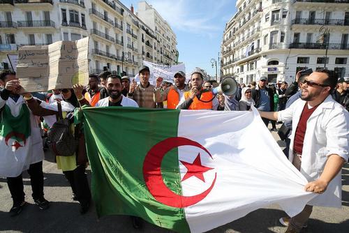 تظاهرات معلمان در پایتخت الجزایر با درخواست تغییرات اساسی و بنیادی در نظام سیاسی کشور/ خبرگزاری فرانسه