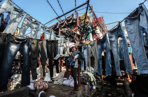 بزرگترین لباسشویی سقف باز شهر بمبئی هند/ EPA