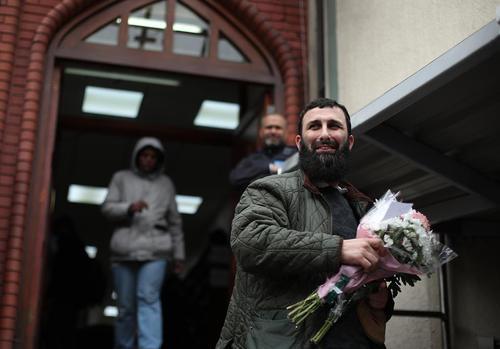 تقدیم گل به مسلمانان نمازگزار – جمعه- مسجد پارک فینزبوری لندن برای ابراز همدردی با آنها به خاطر حمله تروریستی به نمازگزاران جمعه در نیوزیلند/PA