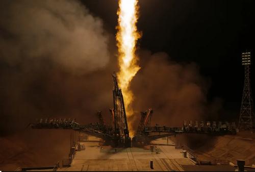 شلیک راکت فضایی سایوز روسی با فضانوردان روسی و آمریکایی به فضا از پایگاه فضایی