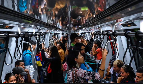دیروز – جمعه - خطوط مترو شهر کاراکاس ونزوئلا پس از بیش از یک هفته تعطیلی دوباره آغاز به کار کرد. مترو کاراکاس به دلیل بحران قطعی برق تعطیل شده بود. دولت ونزوئلا، ایالات متحده آمریکا را به حمله سایبری به زیرساختهای حیاتی خود از جمله شبکه توزیع برق این کشور متهم کرده است./ ایتارتاس