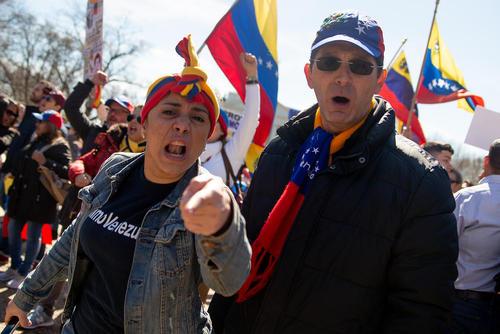 درگیری دو گروه ونزوئلاییهای موافق و مخالف حکومت