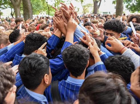 حلقه اتحاد دانش آموزان نیوزیلندی علیه تروریسم در مراسم یادبود قربانیان حمله تروریستی اخیر نیوزیلند/ شهر