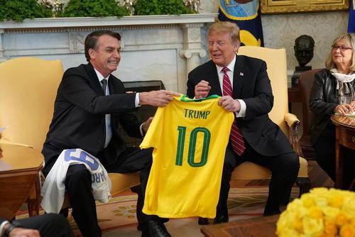 دیدار ترامپ آمریکا و ترامپ برزیل. تبادل پیراهن فوتبال دو تیم ملی آمریکا و برزیل با نامهای روسای جمهوری دو کشور در دیدار سران ایالات متحده آمریکا و برزیل در کاخ سفید/ CNP
