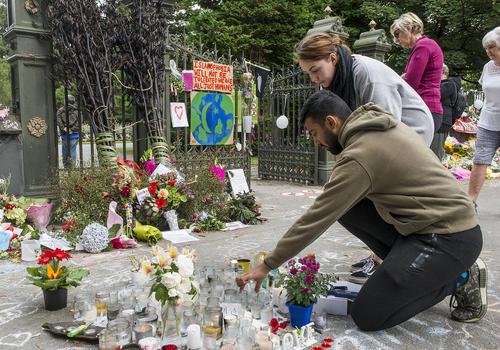 روشن کردن شمع برای یادبود 50 قربانی حمله تروریستی جمعه گذشته به دو مسجد در شهر