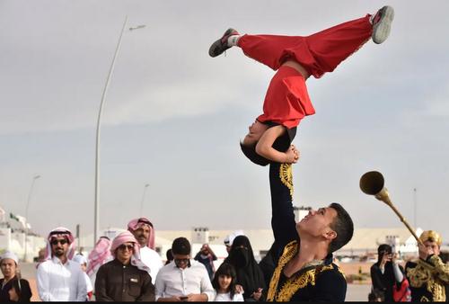 اجرای رقص سنتی یک گروه