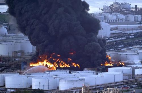 آتش سوزی گسترده در یک کارخانه پتروشیمی در ایالت