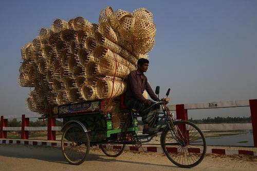 حمل سبدهای بافته شده از چوب بامبو/ بنگلادش