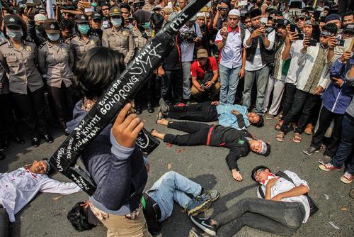 شبیهسازی صحنه قتل عام مسلمانان در نیوزیلند از سوی مسلمانان اندونزی در تظاهرات محکومیت حمله تروریستی اخیر در نیوزیلند/ سوماترای اندونزی/ زوما