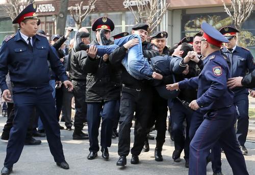 دستگیری یک معترض ضد حکومت در شهر