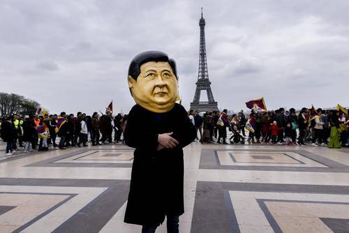 معترضان تبتیتبار در حال اعتراض به سفر رییس جمهوری چین به فرانسه در قالب تور اروپایی رهبر چین