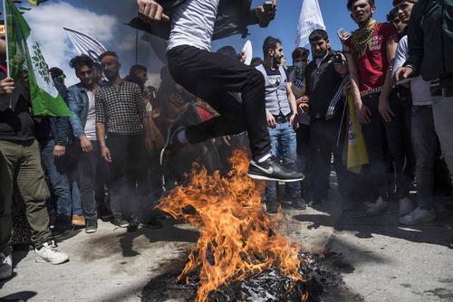 پریدن از روی آتش در جشن نوروز کردهای ترکیه مقیم در شهر استانبول /SOPA