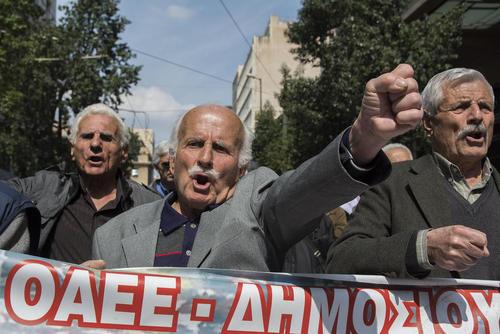 تظاهرات بازنشستههای یونان در مقابل دفتر نخست وزیری در شهر آتن در اعتراض به سیاستهای ریاضت اقتصادی دولت