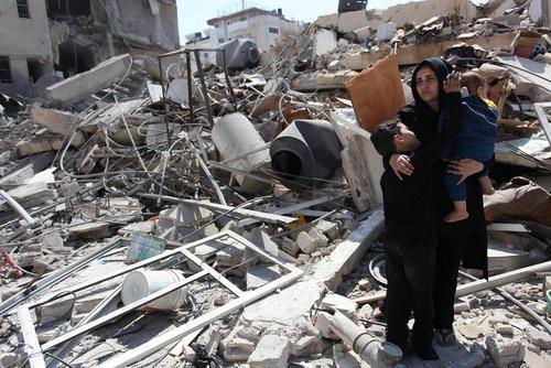 خانه ویران شده فلسطینیها در اثر حملات هوایی اسراییل به غزه/APA