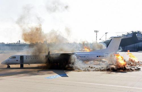 برگزاری مانور مقابله با آتشسوزی هواپیما در فرودگاهی در