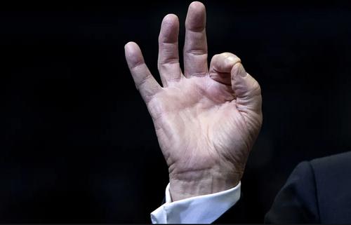 عکس خبرگزاری آسوشیتدپرس از حالت انگشتان دست راست ترامپ در جریان سخنرانی اخیر او در ایالت میشیگان آمریکا. ترامپ عادت دارد در جریان سخنرانیهایش مدام انگشتان دست راستش را به این حالت درآورد.