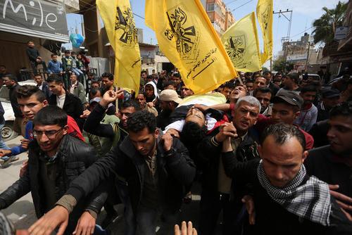 تشییع پیکر جوان 26 ساله فلسطینی کشته شده به ضرب گلوله نیروهای اسراییل در مرز غزه و اسراییل/APA