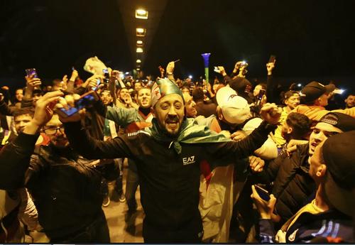 جشن استعفای رییس جمهوری الجزایر در پایتخت این کشور/ آسوشیتدپرس