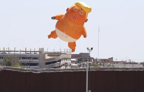 مخالفان سیاستهای ضد مهاجرتی ترامپ بالن آدمک او را به دیوار مرزی بین ایالات متحده آمریکا و مکزیک آویختهاند.