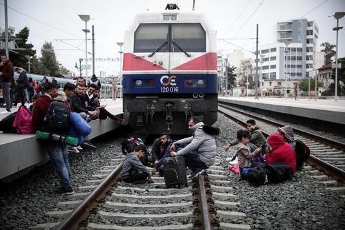 تحصن مهاجران جویای پناهندگی از کشورهای اروپایی روی ریل قطار در شهر آتن یونان