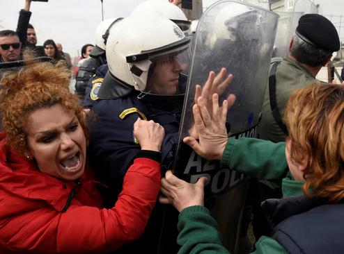 درگیری پلیس یونان با مهاجران در جریان تظاهرات پناهجویان در اردوگاهی در نزدیکی شهر