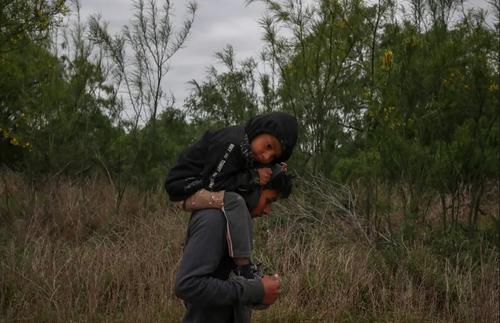دو برادر مهاجر گواتمالایی در حال ورود غیرقانونی به مرز ایالات متحده آمریکا از طریق مکزیک/ رویترز