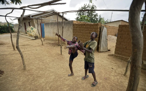 بازی نوجوانان با توپ دستساز در روستایی در کشور آفریقایی