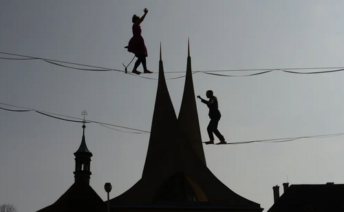 اجرای نمایش بندبازی در شهر پراگ / خبرگزاری فرانسه
