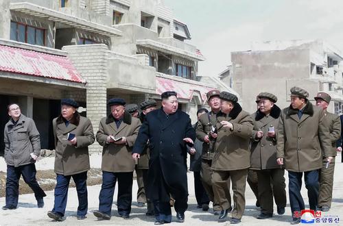 رهبر کره شمالی در حال بازدید از یک پروژه/ خبرگزاری رسمی کره شمالی